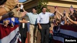 Ứng cử viên Tổng thống Đảng Cộng hòa Mitt Romney (phải) và Dân biểu Paul Ryan đến một cuộc mít tinh ở Powell, Ohio, 25/8/2012