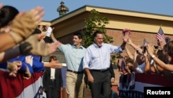 Mitt Romney başkan yardımcısı adayı Paul Ryan'la Ohio'da seçmenlerini selamlarken