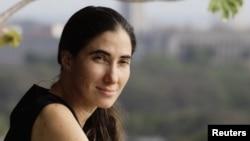 Yoani Sanchez en el balcón de su casa en La Habana. La bloguera denuncia que ha pedido permiso para salir del país en 20 ocasiones.