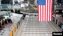 დაცარიელებული საბაჟო კონტროლის მწკრივები ნიუ-იორკის კენედის აეროპორტში