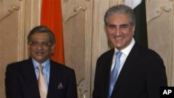 Indian External Affairs Minister S.M. Krishna, left, shakes hands with his Pakistani counterpart Shah Mahmood Qureshi prior to formal talks at the Foreign Ministry in Islamabad, Pakistan (2010 File)
