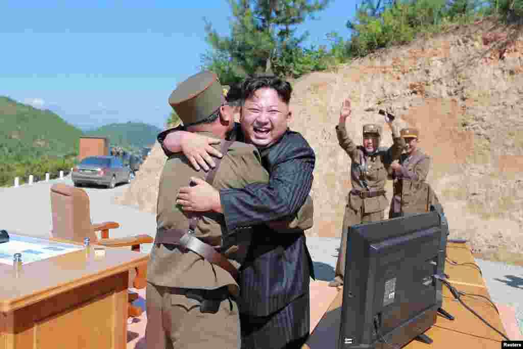북한의 대륙간탄도미사일 '화성-14형' 발사를 지켜보던 김정은 북한 국무위원장이 주변 관계자를 얼싸안고 기뻐하고 있다.