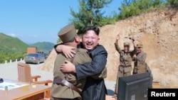 د شمالي کوریا رهبر کیم جونګ اون او نظامي مسؤلین د بین القاروي توغندي د ازمایښت خوښي لمانځي.