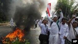 """星期一在美國駐雅加達大使館外,示威者呼喊口號﹐抗議美國製造的電影""""穆斯林的無知"""""""