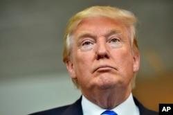 Ông Trump được mô tả là một nhân vật 'đầy màu sắc', đứng đầu danh sách với 27% ủng hộ, trong khi ông Carson, một nhân vật kín đáo hơn, về nhì với tỷ lệ 23%.