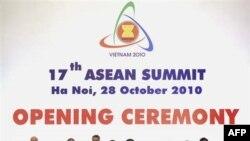 Các nhà lãnh đạo ASEAN chụp hình lưu niệm tại lễ khai mạc của Hội nghị Thượng đỉnh ASEAN lần thứ 17 tại Hà Nội, Việt Nam, ngày 28/10/2010