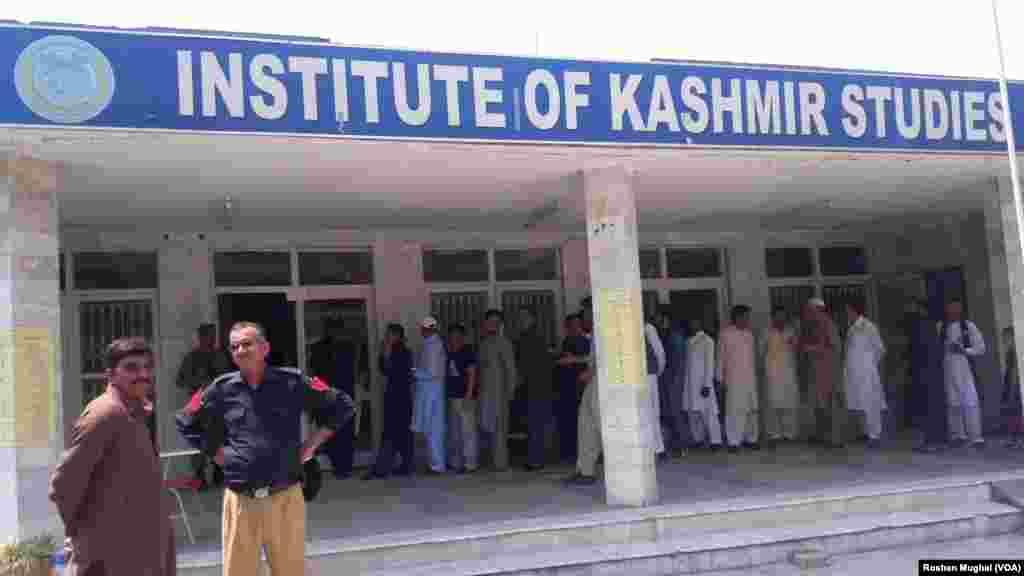 پاکستان کے زیر انتظام کشمیر کی قانون ساز اسمبلی کے انتخاب کے لیے جمعرات کو ووٹ ڈالے گئے۔