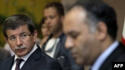 Bộ trưởng Ngoại giao Thổ Nhĩ Kỳ Ahmet Davutoglu, trái, trong 1 cuộc họp báo ở Benghazi, Libya, Chủ Nhật, 3/7/2011