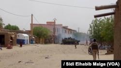 Des militaires et une auto-blindée déployés après une attaque-kamikaze dans la région de Gao, dans le centre-nord du Mali, 1er juillet 2018. (VOA/ Sidi Elhabib Maiga)