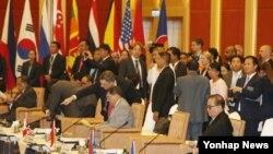 지난 6일 말레이시아 쿠알라룸푸르 푸트라세계무역센터에서 열린 ARF 외교장관회의에서 리수용 북한 외무상(맨 오른쪽)이 자리에 착석해 있다.
