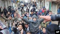 敘利亞反政府示威者1月17日在渡假區附近的城市扎巴丹尼的示威行動中呼喊口號和高舉勝利手勢。
