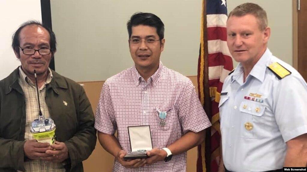 Từ trái sang, Thuyền trưởng tàu M&M Nguyễn Văn Hiền, ông Andy Bùi, và Chuẩn Đô đốc Paul Thomas tại lễ trao thưởng hôm 19/3/2019. Photo: Facebook U.S. Coast Guard Marine Safety Unit Morgan City.