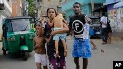 Wananchi wa Sri Lankan wanaoishi karibu na eneo la kanisa la St Anthony wamekimbilia eneo salama baada ya polisi kugundua mabomu ndani ya gari iliyokuwa imeegeshwa ambayo iliripuka Colombo, Sri Lanka, Aprili 22, 2019.
