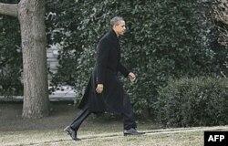 Başkan Obama, Mısır'daki durumu ulusal güvenlik danışmanlarıyla görüşmek üzere Beyaz Saray'a yürüyor