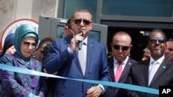 Photo d'archives: De gauche à droite, la première dame de la Turquie Emine Erdogan, le président Recep Tayyip Erdogan, le ministre des Affaires étrangères, Mevlüt Çavusoglu et le président somalien Hassan Sheikh Mohamud à une cérémonie d'inauguration d'une nouvelle ambassade turque à Mogadiscio, en Somalie, le 3 juin 2016.
