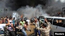 Des habitants fuient l'explosion d'une mosquée à Tripoli, Libye, le 23 août 2013.