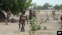 Tentara Nigeria berpatroli di desa Hausari dekat wilayah Maiduguri (Foto: dok). Momodu Bama, komandan tinggi Boko Haram dilaporkan tewas dalam pertempuran awal bulan ini di kawasan Nigeria Utara.