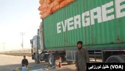 یک لاری ترانزیتی در غرب افغانستان