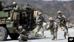 Latihan bersama pasukan Angkatan Darat AS dengan tentara Korea Selatan di Pocheon, sebelah utara Seoul (25/3).