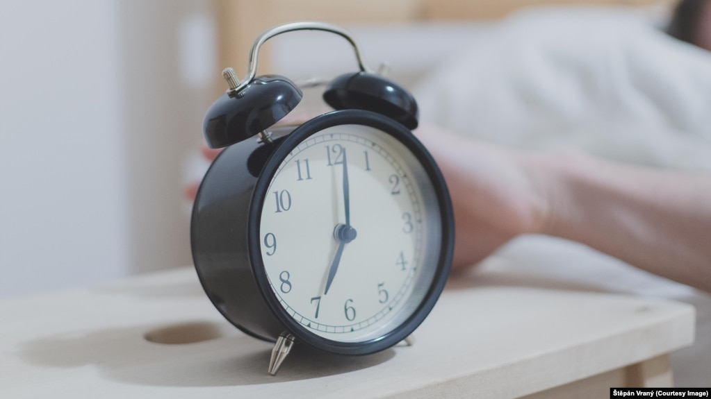 Alarm clock by a bed. Image by Štěpán Vraný from Pixabay