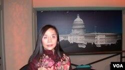 何清涟2006年3月9日参加美国之音电视节目(美国之音拍摄)