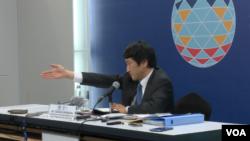 日本外務省發言人川村泰久在馬尼拉召開記者會(美國之音黎堡拍攝)