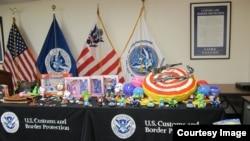 美国海关和边境保卫局展示没收的仿造玩具(图片来源:CBP)