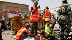 Para petugas mengangkut seorang korban terluka dalam tragedi terinjak-injak di Mina (24/9).