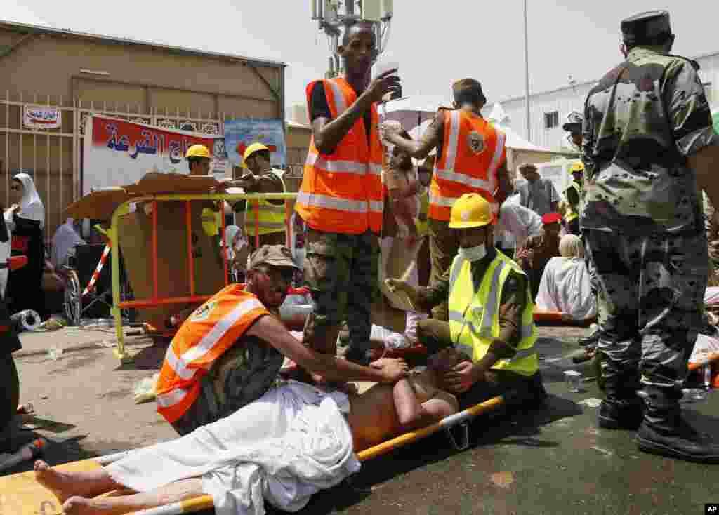 Les secouristes assistent les victimes de la bousculade de Mina, Arabie Saoudite le jeudi 24 septembre 2015. (Photo AP).