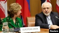 欧盟外交政策负责人阿什顿(左)与伊朗外长扎里夫4月8日在维也纳等待谈判的开始