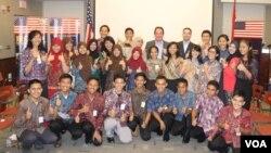 Peserta YES foto bersama sebelum menerima Visa untuk belajar di Amerika Serikat selama setahun, di kantor Konsulat Jenderal Amerika Serikat di Surabaya, Kamis, 12 Juni 2014 (Foto: VOA/Petrus)