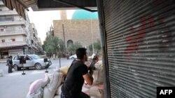 Thành viên của phe nổi dậy Syria chiến đấu chống lại quân đội chính phủ tại thành phố Aleppo, ngày 23/7/2012