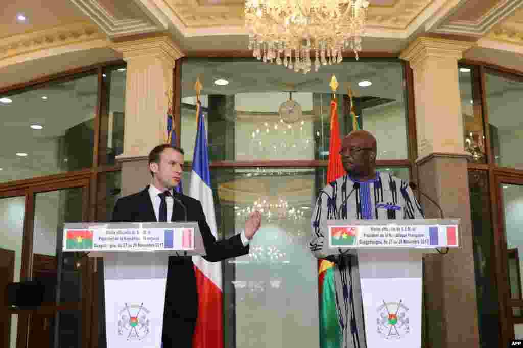 Le président du Burkina Faso, Roch Marc Christian Kabore et le président français, Emmanuel Macron, donnent une conférence de presse au Palais présidentiel au Burkina Faso le 28 novembre 2017.