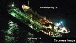 지난 13일 동중국해에서 북한 유조선 '례성강 1호'와 벨리즈 선적 '완헹 11호'가 야간에 조명을 밝힌 채 맞대고 있다. 일본 해상 자위대 소속 P3C 초계기가 촬영한 사진을 방위성이 공개했다.