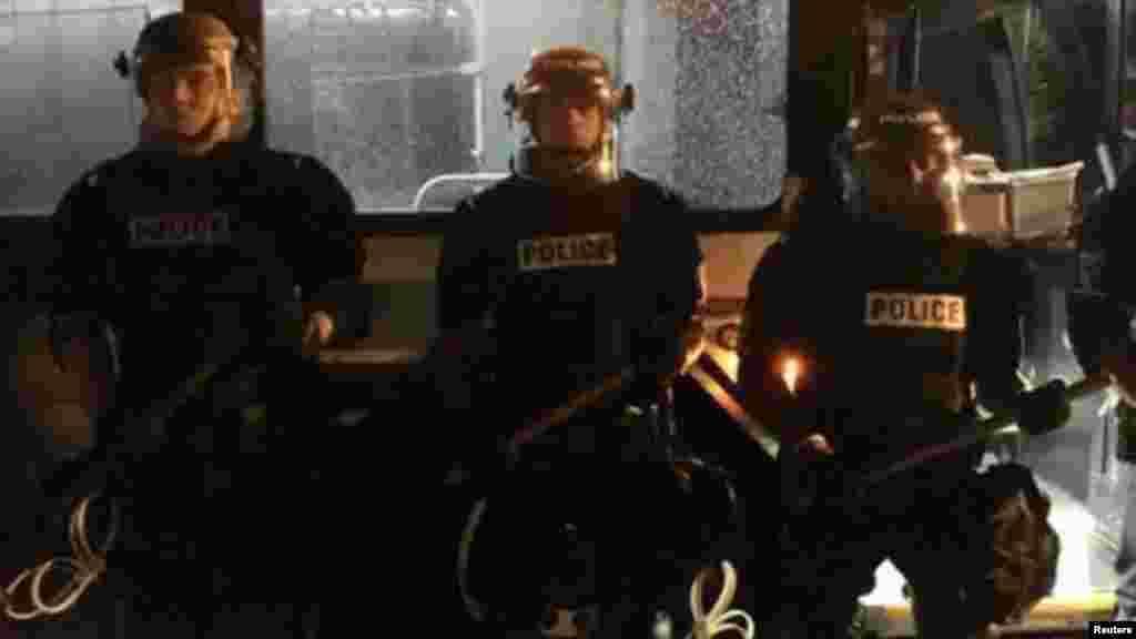 Des policiers sont en patrouille, lors d'une manifestation en Caroline du Nord, le 20 septembre 2016.