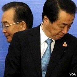PM Jepang Naoto Kan (kanan) dan PM Tiongkok Wen Jiabao saling menghindar saat berpapasan di Hanoi, Vietnam.