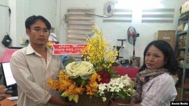 Đỗ Thị Minh Hạnh, đại diện Phong Trào Lao động Việt trao hoa cho Đoàn Huy Cường vừa ra tù. (Facebook Phong Trào Lao động Việt)