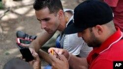2015年7月2日古巴哈瓦那: 互联网用户首次通过公共无线网络热点用智能手机上网