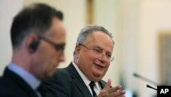 Никос Котзиас (справа) на пресс-конференции с главой МИД Германии Хайко Маасом