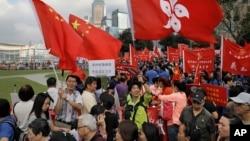 数以万计的香港人集会,支持中国人大解释法律,阻止两名当选议员就职,反对港独(2016年11月13日)