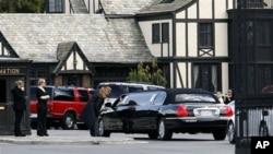 泰勒的亲友驾高级轿车抵达森林草坪纪念墓园,参加泰勒的葬礼