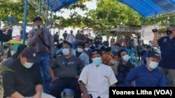 Tiga puluh sembilan mantan narapidana terorisme di Poso saat menghadiri kegiatan bakti sosial BNPT di Desa Tiwa'a, Kabupaten Poso, Sulawesi Tengah, Rabu (28/7/2021). (Foto: VOA/Yoanes Litha)