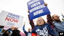 Сторонники ЛГБТ у здания Верховного суда США. Вашингтон. 8 октября 2019 г.