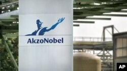 Sebuah papan penunjuk dengan logo AkzoNobel Industrial Chemicals Ltd. di Bitterfeld-Wolfen (Foto: dok). Produsen utama cat dunia yang berkantor di Amsterdam ini menyatakan menjual divisi cat rumahnya di AS ke PPG Industries, Jum'at (14/12).