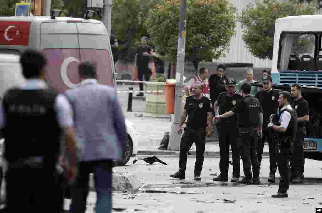 استنبول یونیورسٹی کی عمارت کے قریب ایک مصروف چوک میں حملے کا نشانہ بننے والی بس میں ہنگاموں سے نمٹنے والے پولیس اہلکار سوار تھے۔