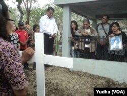 Salah satu korban pemboman di gereja Surabaya, dimakamkan di Solo, Selasa, 15 Mei 2018. (Foto: VOA/Nurhadi)