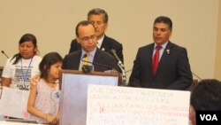 Congresista Luis Gutiérrez aseguró que las lágrimas y el dolor de estos niños no serán en vano porque ellos están construyendo un nuevo futuro. [Foto: Mitzi Macias, VOA].
