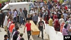 Les gens attendent de recevoir les corps de leurs proches dans la ville tunisienne de Sfax le 4 juin 2018.
