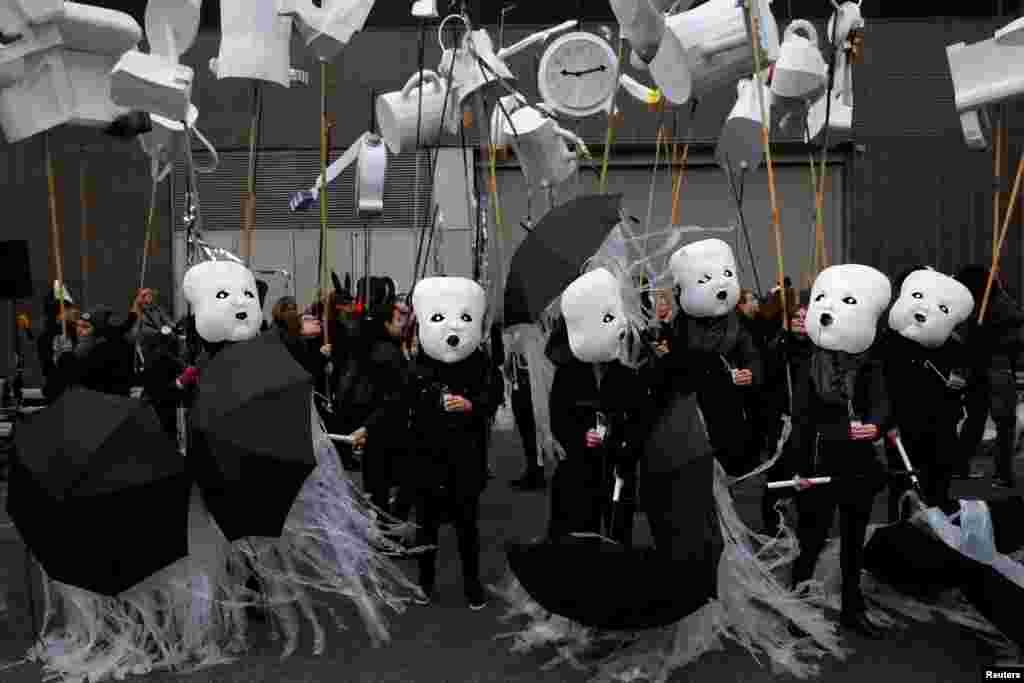 អ្នកចូលរួមក្នុងការសម្តែងរបស់ក្រុម Reverie ក្នុងកម្មវិធី Processional Arts Workshops ត្រៀមខ្លួនសម្រាប់ការដើរក្បួន Greenwich Village Halloween ក្នុងសង្កាត់ Manhattan ក្រុងញូវយ៉ក កាលពីថ្ងៃទី៣១ ខែតុលា ឆ្នាំ២០១៦។