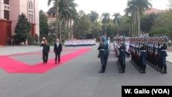 Bộ Trưởng Quốc Phòng Mỹ, Jim Mattis, và đồng nhiệm Việt Nam duyệt đội quân danh dự tại Hà Nội, 25 tháng Giêng.
